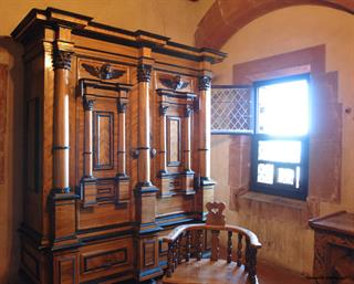 Seven columns wardrobe showed in the southern dwellings of Haut-Koenigsbourg castle © Jean-Luc Stadler - Haut-Koenigsbourg castle, Alsace, France