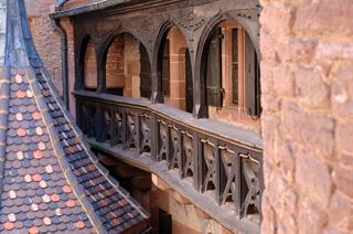 Restauration des galeries en bois du logis seigneurial dans la cour intérieure - CD 67 - Château du Haut-Koenigsbourg, Alsace, France